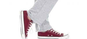 grey sweatpants and converse shoes