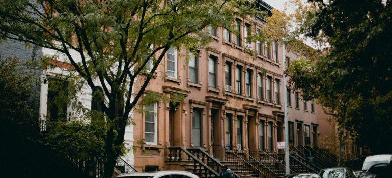 a brown brick building in Harlem